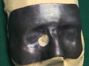 Черная маска из свинца с отверстием для базалиомы, закрывает глаза полностью