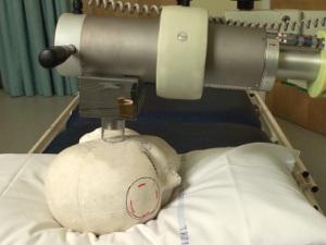 Аппарат для лучевой терапии, напоминает телескоп